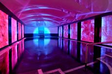 Wärme, Licht und Klänge - so sieht eine Auszeit im KlangLichtbad aus. Quelle: Wellnesshotel bei Speyer - beauty24 GmbH