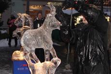 Eisschnitzen auf dem Weihnachtsmarkt in Friedrichroda. Quelle: Kur- und Tourismusamt Friedrichroda