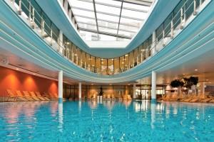 Entspannt in den Tag starten, z.B. mit einem Bad im Pool. Quelle: Wellness in Berlin-Spandau - beauty24 GmbH