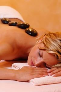 Spüren Sie die wohltuende Wärme der Vulkansteine auf Ihrer Haut. Quelle: Entspannung in Willingen / Sauerland - beauty24 GmbH