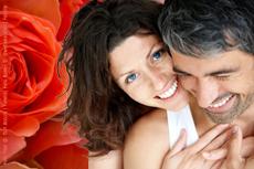 Idee zum Valentinstag: Wochenende im Wellnesshotel verbringen. Bildhinweise: Foto Paar © Yuri Arcurs | Fotolia; Foto Rosen © Swetlana Wall | Fotolia