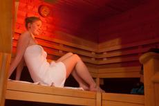 Mit Wellness kann man ganz entspannt 2016 entgegenblicken. Quelle: Wellness in Bad Herrenhalb, Schwarzwald - beauty24 GmbH