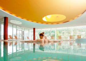 Ziehen Sie sich im Pool zurück und genießen Sie die Aussicht! Quelle: Wellness in Bad Herrenalb / Schwarzwald - beauty24 GmbH