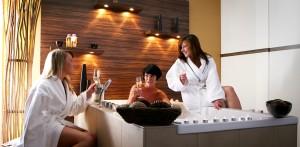 Gemeinsam entspannen und auf das schöne Leben anstoßen! Quelle: Wellness am Nürburgring / Eifel - beauty24 GmbH