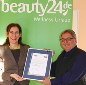 Frau Frau Al-Habash von der IHK Berlin überreichte Roland Fricke das Zertifikat ''Exzellente Ausbildungsqulität'' Ende Januar 2016. Quelle: beauty24 GmbH