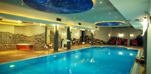 Im Pool herrlich entspannen! Quelle: Wellness in Delbrück - beauty24 GmbH
