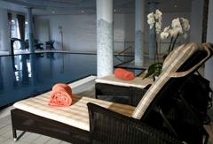 Komfortabel relaxen und im Salzwasserpool Körper und Geist erfrischen - herrlich! Quelle: Wellnesshotel am Tollensesee - beauty24 GmbH.