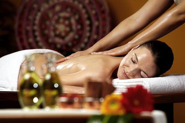 Relaxen Sie bei einer ayurvedischen Ganzkörpermassage, Bildhinweis: © Wellness in Berlin-Spandau;beauty24 GmbH
