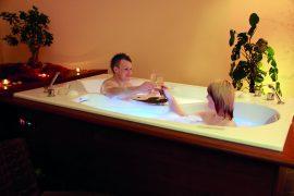 Relaxen Sie in der Paarbadewanne. Bildhinweis: © Wellnesshotel in der thüringischen Rhön; beauty24 GmbH