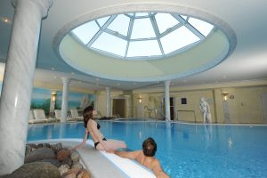 Relaxen Sie am Pool; Quelle: Thalasso-Hotel in Binz / Rügen - beauty24 GmbH
