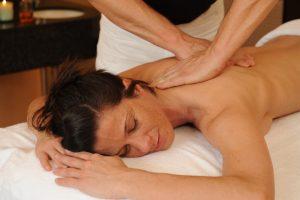 Bei einer entspannenden Rückenmassage verflüchtigen sich Ihre Anspannungen; Quelle: Wellness in Trier / Mosel- beauty2 GmbH
