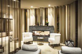 Wärmen Sie sich im Wellnessbereich in der Lounge mit Kamin auf; Bildhinweis: © Schlosshotel in Göhren-Lebbin, Fleesensee; beauty24 GmbH