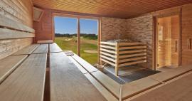 Hier können Sie wohlig schwitzen und gleichzeitig diesen Ausblick genießen; Quelle: Wellness im Naturpark Usedom; beauty24 GmbH