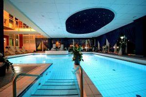Schwimmen unter dem Sternenhimmel; Bildhinweis: ©Wellnesshotel in Rostock; beauty24 GmbH